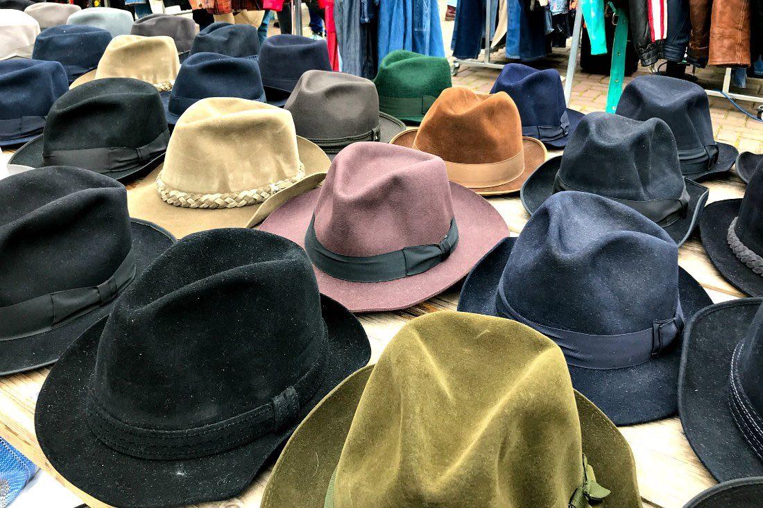 Hüte auf dem Flohmarkt