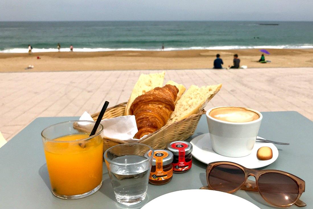 Frühstück in Biarritz