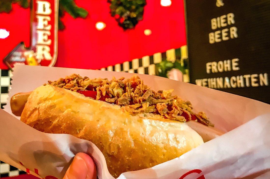 Veganer Hot Dog vegan auf dem Weihnachtsmarkt