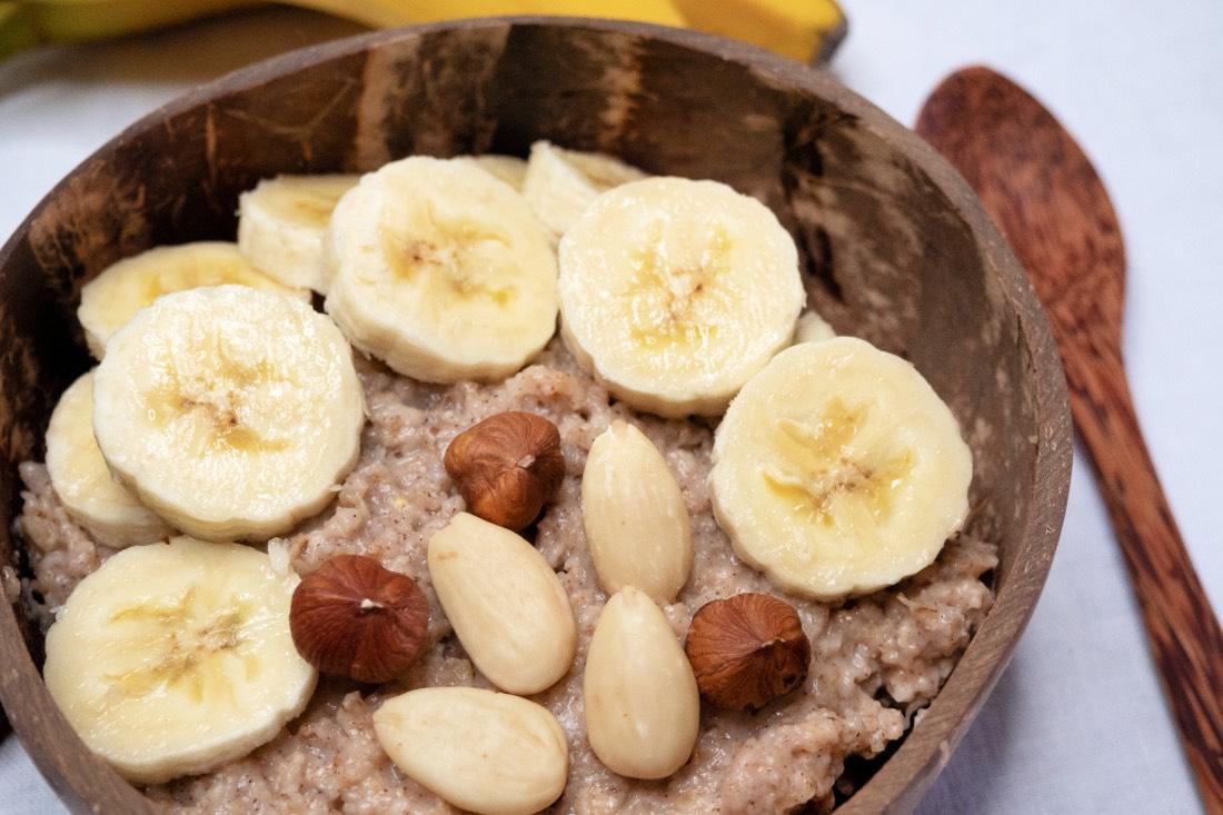 Veganes Porridge Grundrezept mit Bananen Zimt Nüssen
