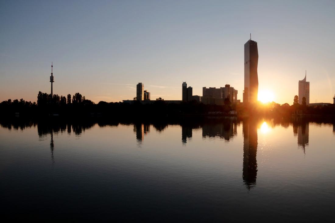 Sonnenuntergang beim Hochhaus Neue Donau