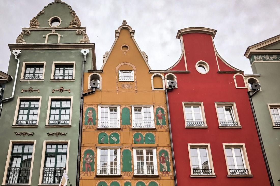 Lange Gasse mit bunten Häusern